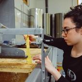 """Agnese Giachello: """"Stare con le api è meraviglioso, da loro impariamo ogni giorno"""""""